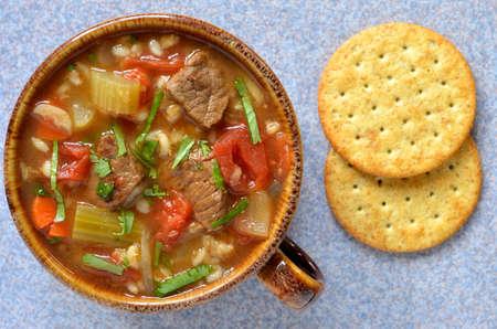 cebada: Carne de res y cebada sopa de verduras saludables abundante desde la perspectiva aérea