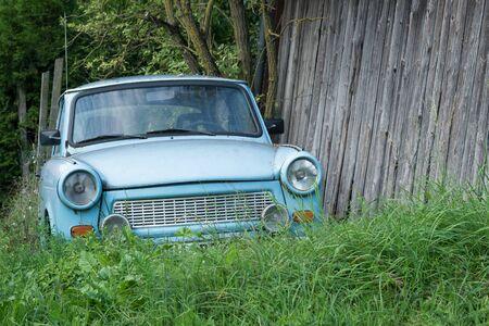 Altes DDR-Auto aus Osteuropa steht auf der grünen Wiese, blaues Oldtimer-Auto