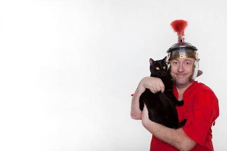 Un soldat romain avec un chat noir sur fond blanc.