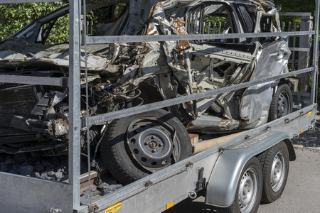 Ludwigsburg, Germany - 15 September 2019: Destroyed car on the tow truck. Total demolished car. 新聞圖片