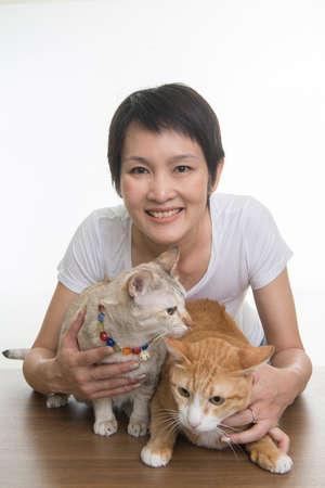 amigos abrazandose: mujer bonita con 2 gatos