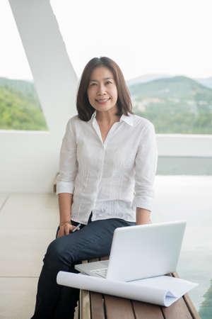 arquitecto: Arquitecto de la mujer que trabaja en la oficina en casa