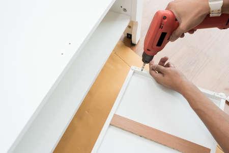 Timmerman die schroevendraaier monteren meubels