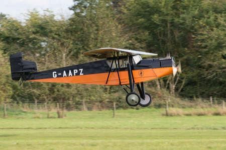 warden: Biggleswade Reino Unido - 05 de octubre 2014: Desouter 1, taxi a�reo, aviones antiguos en la exhibici�n a�rea Shuttleworth Collection Editorial