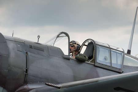 fighter pilot: Duxford, Reino Unido - 13 de julio 2014: Piloto de caza en Duxford Flying Legends Airshow Editorial