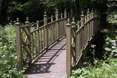 vlonder: Houten loopbrug over stroom