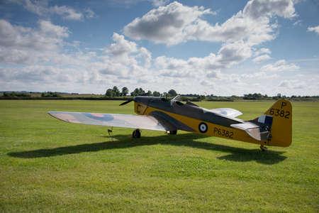 warden: Biggleswade, Reino Unido - 29 de junio 2014: Un avi�n de entrenamiento Miles Magister M.14 vendimia en exhibici�n en el museo Shuttleworth Collection.