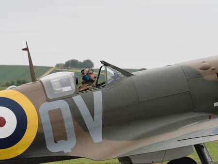 mk: Duxford, Reino Unido - 23 de mayo 2015: El piloto de una vendimia brit�nico Spitfire Mk 1 de combate, mostrando en Duxford VE Day Airshow