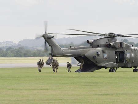 mago merlin: Yeovilton, Reino Unido - 11� de julio de 2015: marines desembarcando un helic�ptero de la Marina Real Merlin en el D�a del Aire Yeovilton.