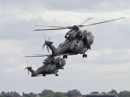 mago merlin: Yeovilton, Reino Unido - 11 de julio 2015: los helic�pteros de la Marina Real Merlin volando a Day Air Yeovilton. Editorial