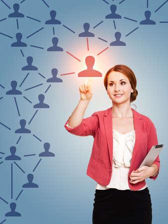réseautage: jeune femme de toucher un noeud dans un réseau Banque d'images