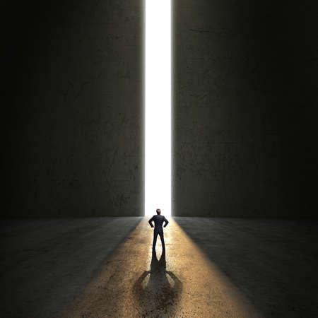 Geschäftsmann, der vor einem Portal Standard-Bild