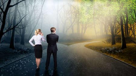 cruce de caminos: businessteam tiene que decidir qué camino es mejor