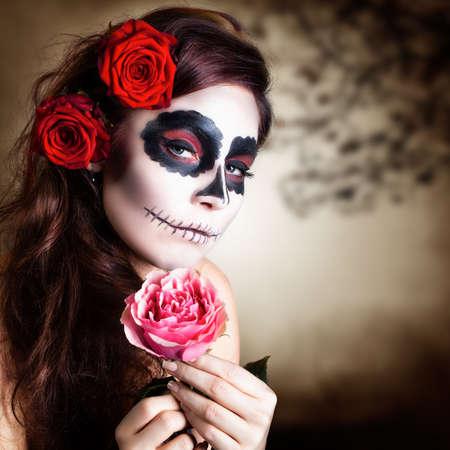 traje mexicano: Mujer joven y atractiva con maquillaje del cráneo del azúcar