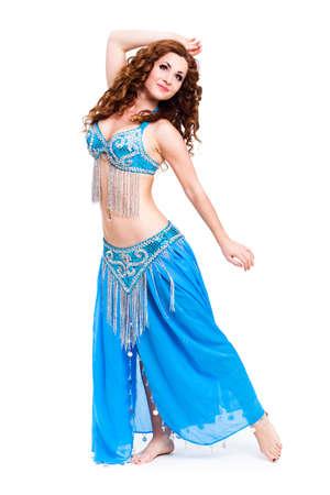 danseuse orientale: attrayant danseuse du ventre sur fond isolé