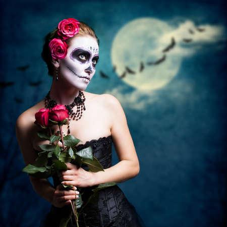 tatouage sexy: jolie fille avec le cr�ne de sucre style avec un fond de pleine lune Banque d'images