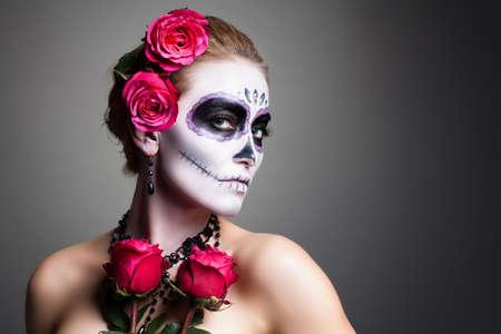Mujer atractiva con el cráneo de azúcar constituyen