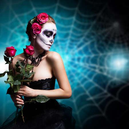 traje mexicano: Mujer atractiva con el cráneo de azúcar constituyen