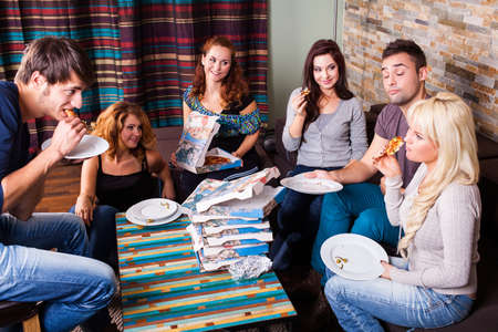 Freunden Pizza essen zusammen
