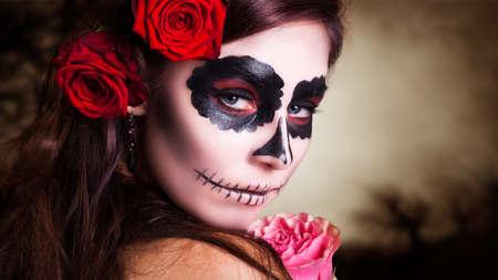 muerte: Mujer joven y atractiva con maquillaje del cr�neo del az�car