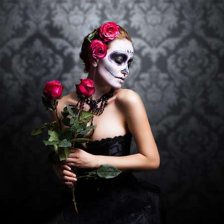 traje mexicano: Mujer atractiva con el cráneo de azúcar componen