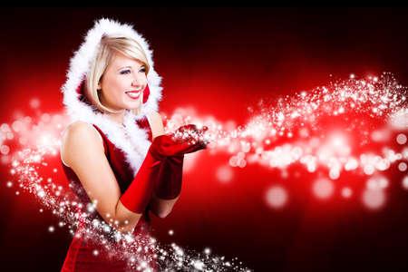 attraktive Weihnachtsfrau mit funkelnden Sternen