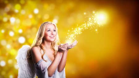 aantrekkelijke blonde engel met kerst magie Stockfoto