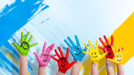 viele bunte Hände mit Smileys