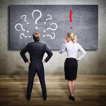 Geschäftsleute an ein Problem denkt und einer von ihnen hat die Lösung