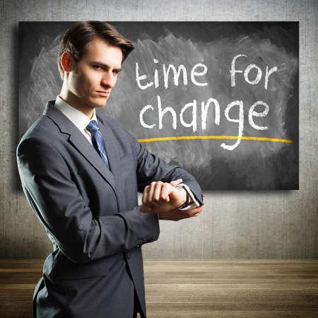 supervisión: hombre de negocios que indica que es el momento para el cambio Foto de archivo