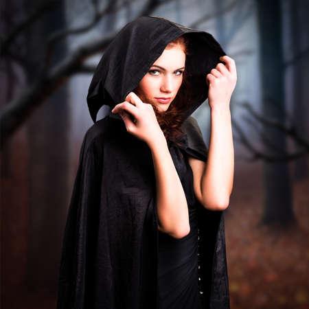 czarownica: młoda czarownica w lesie Zdjęcie Seryjne