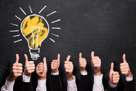 pensamiento estrategico: muchos pulgares para arriba con las ideas