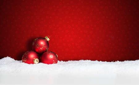 De nombreuses boules de Noël dans la neige Banque d'images - 33525365