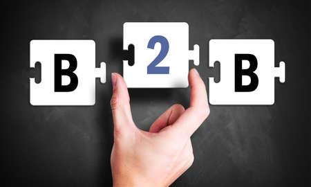 kezét egy puzzle, és a betűk B2B