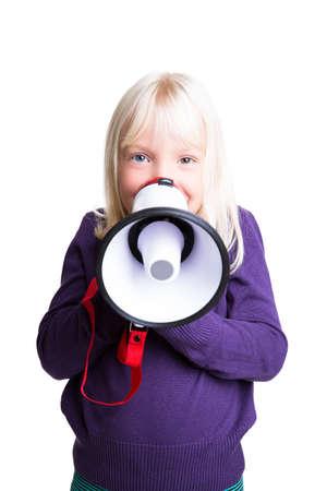 hablar en publico: chica joven con un megáfono en el fondo aislado