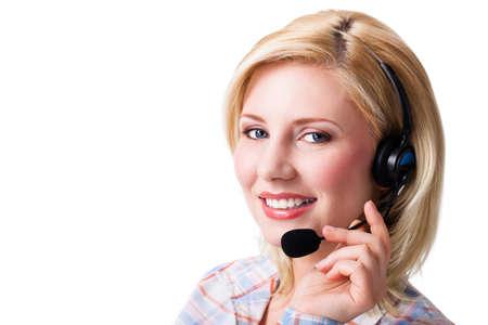 la escucha activa: empresaria con auriculares en el fondo aislado