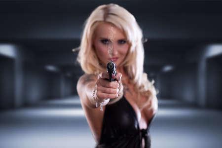 銃を持った金髪の女性