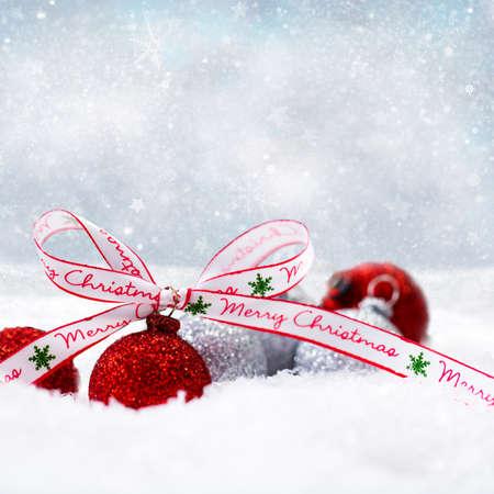 joyeux noel: boules de Noël dans la neige avec un arc joyeux noël Banque d'images