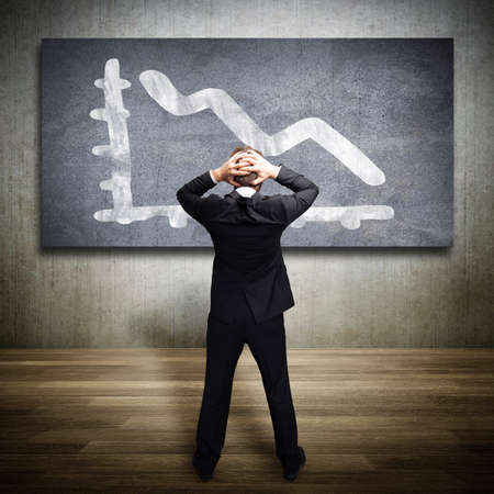 biznesmen patrząc zszokowany na schemacie opadającego Zdjęcie Seryjne