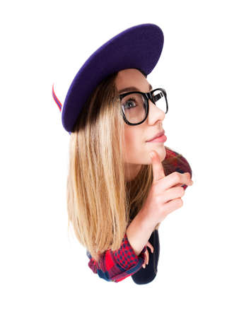 estereotipo: adolescente pensando en algo y capturado en un ángulo divertido
