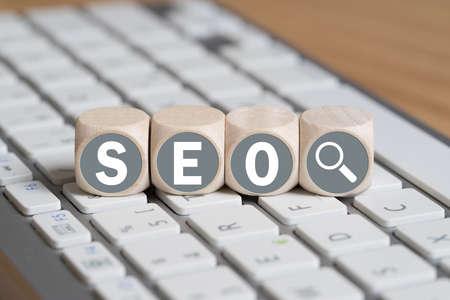 Würfel mit dem Akronym SEO für Suchmaschinen-Optimierung