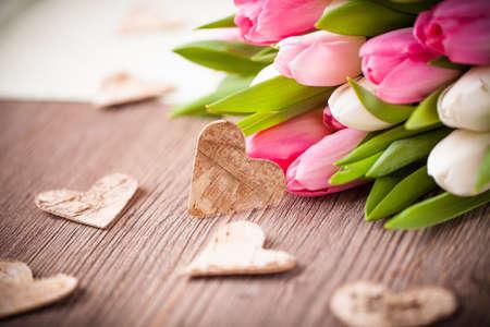 anniversario di matrimonio: bouquet di tulipani e un cuore Archivio Fotografico