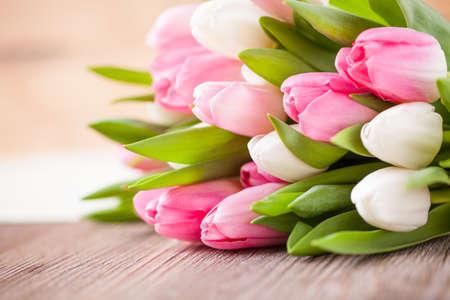 mazzo di fiori: bouquet di tulipani di fronte a scene di primavera Archivio Fotografico