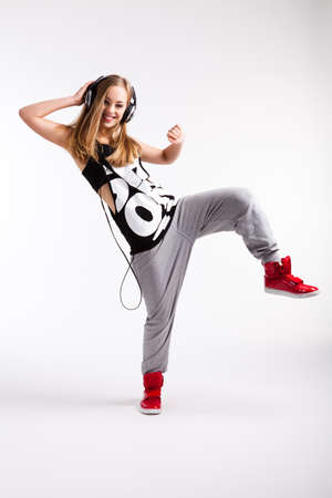 taniec: Młoda dziewczyna tańczy