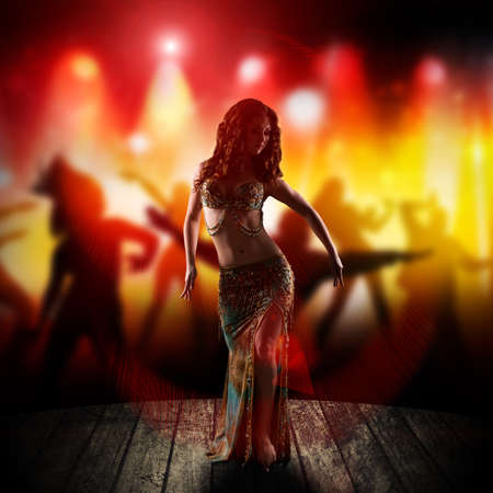 danseuse orientale: bellydancer attrayante sur scène