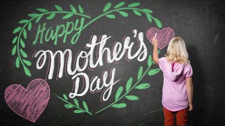 """Junges Mädchen mit Kreide und einem """"glücklichen Tag der Mutter"""" Zeichnung Standard-Bild - 38469683"""