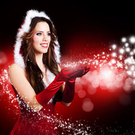 Atractivo señorita Santa con Magia de la Navidad