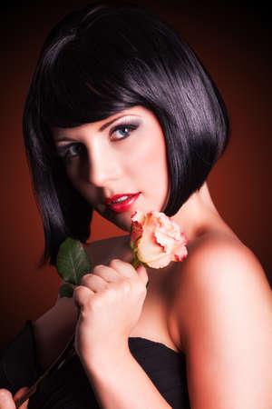 cabello negro: atractiva mujer sonriente con una rosa