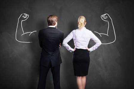 Geschäftsleute mit Zeichnung als Symbol für Kraft eines Teams