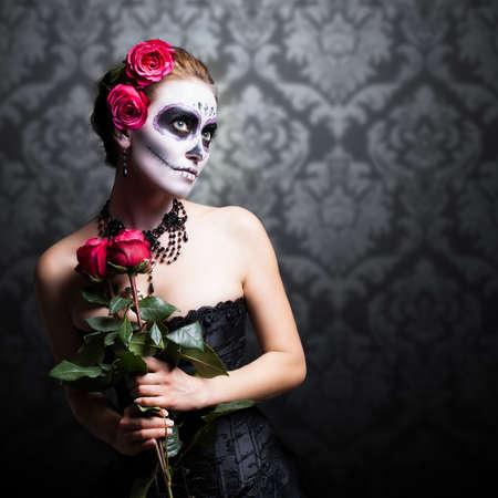 traje mexicano: Mujer atractiva con el cráneo de azúcar maquillaje